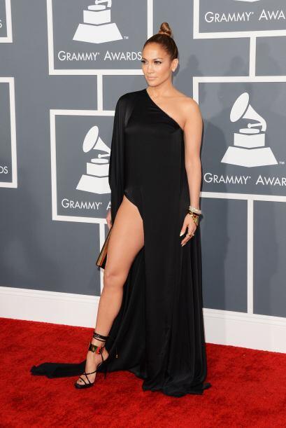 En una de las emisiones del Grammy, JLo quiso imitar el 'look' que impus...