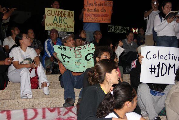 Con cánticos y poemas, los activistas permanecieron durante toda la noch...