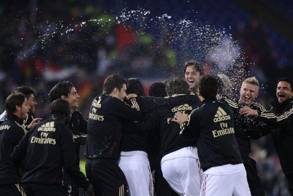 Los gritos y la champagne volaban por todo lados. Milan gritó nue...