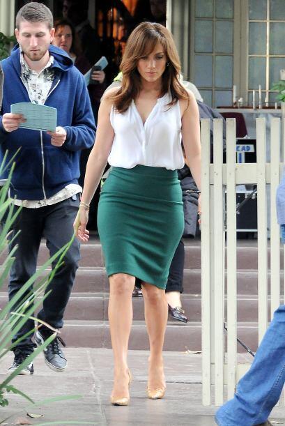 Jennifer López combinó su falda con corte 'lápiz' en un tono verde bosqu...