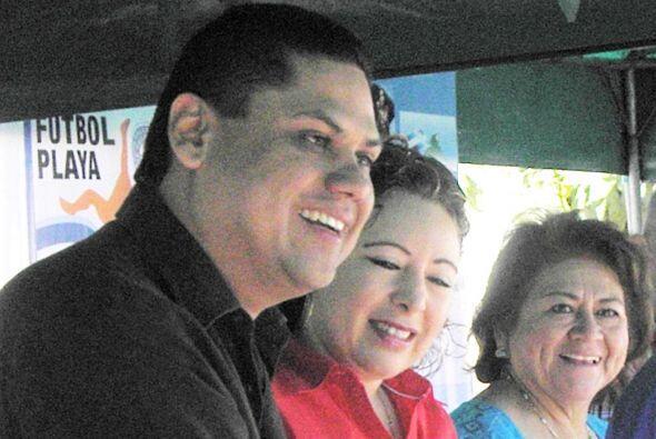 La lluvia de piedras alcanzó al presidente de FESFUT Carlos Mendez Flore...