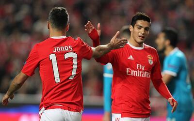Jonas y Jiménez celebran un gol del mexicano en Benfica