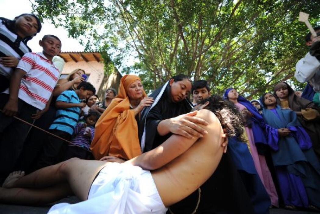 En Filipinas, los feligreses se crucifican y flagelan para celebrar el V...