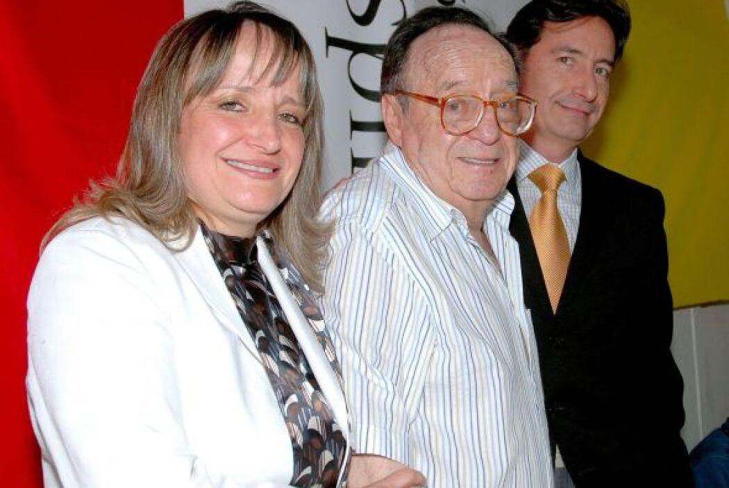 Altruista: Con sus hijos Marcela y Roberto Gómez Fernández, anuncia en f...