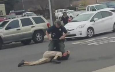 Oficial golpea con su bastón a un sujeto en California