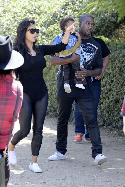 Kanye llevó a Nori en sus brazos antes de que pusieran manos a la...