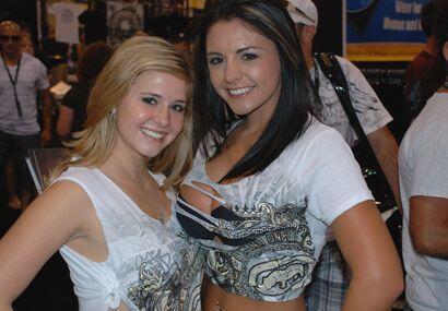 Otras dos hermosas chicas vestidas con la ropa típica de estos ev...
