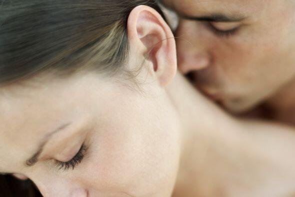 La nuca, es de los lugares más sensibles para dar un buen beso, y...