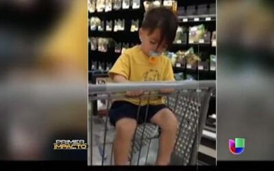 Un niño se duerme en el carrito de un supermercado