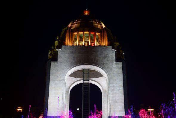 Y en México, diversos edificios y explanadas como el Monumento a la  Rev...