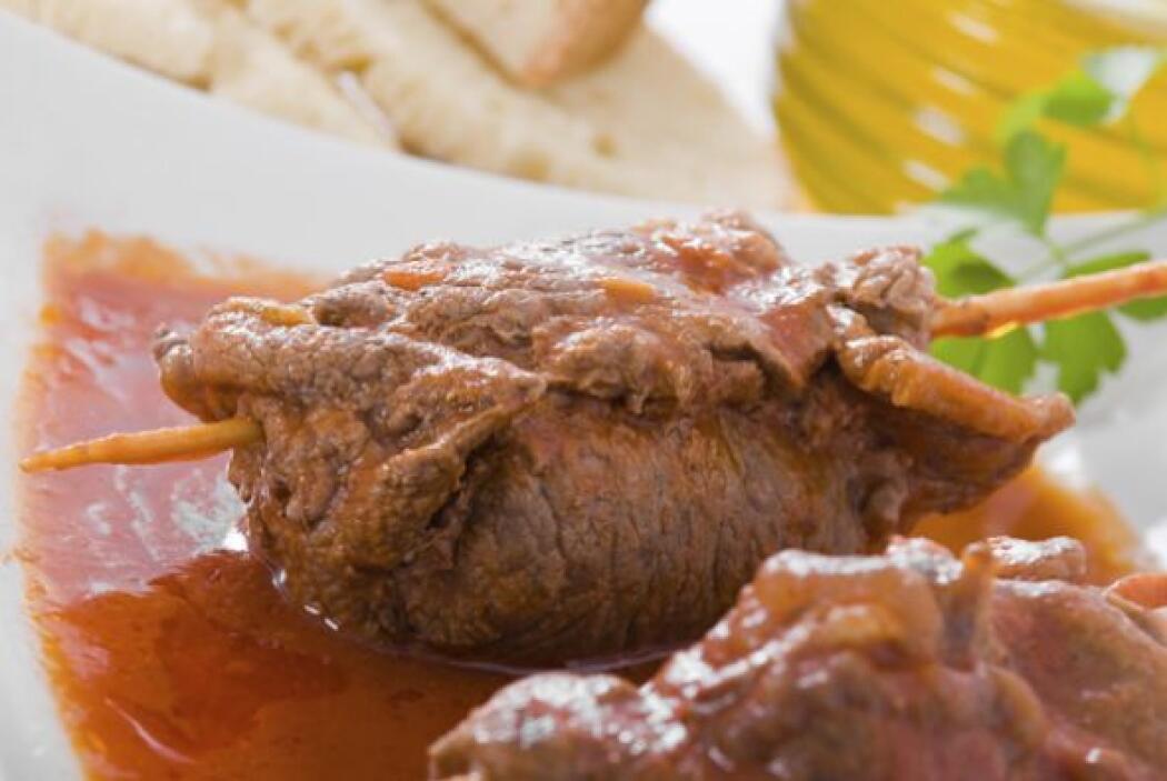 Rollos de carne de res en salsa roja   Es un platillo sencillo que se el...