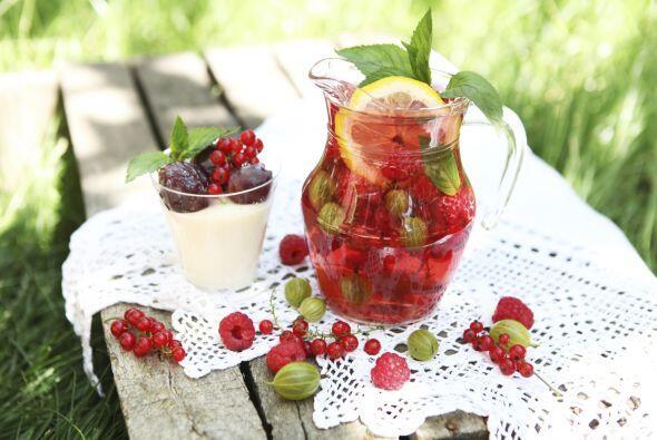 Si se trata de un jugo frutal puedes decorar los vasos con frutas y popo...