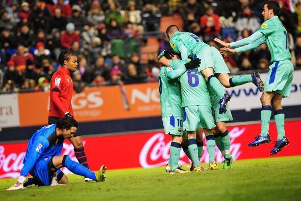 El primer gol llegó luego de un pase perfecto de Messi para Pedro...