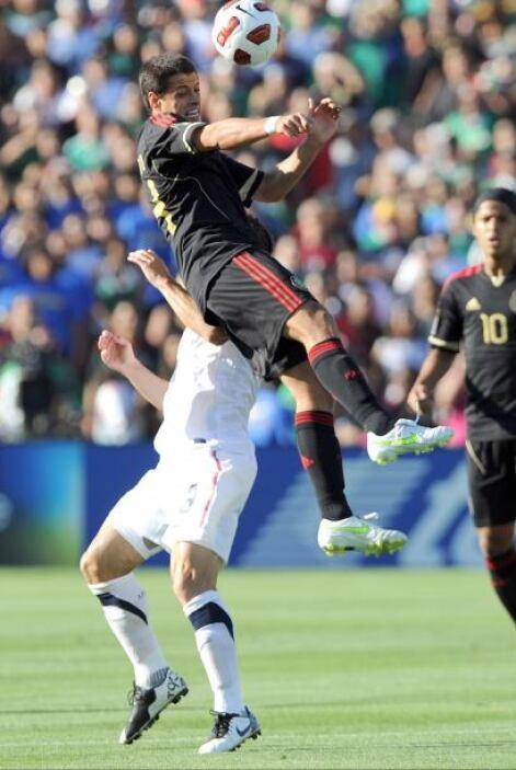 Javier Hernández, durante los primeros minutos del partido, recibió un c...