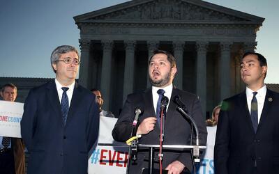 El representante Rubén Gallego, centro, al lado del representante...
