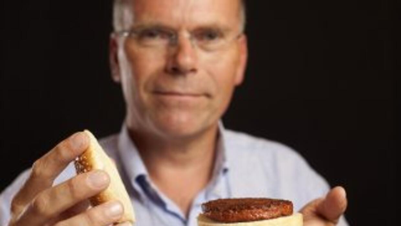 Mark Post con una hamburguesa hecha en el laboratorio.Crédito: David Pa...