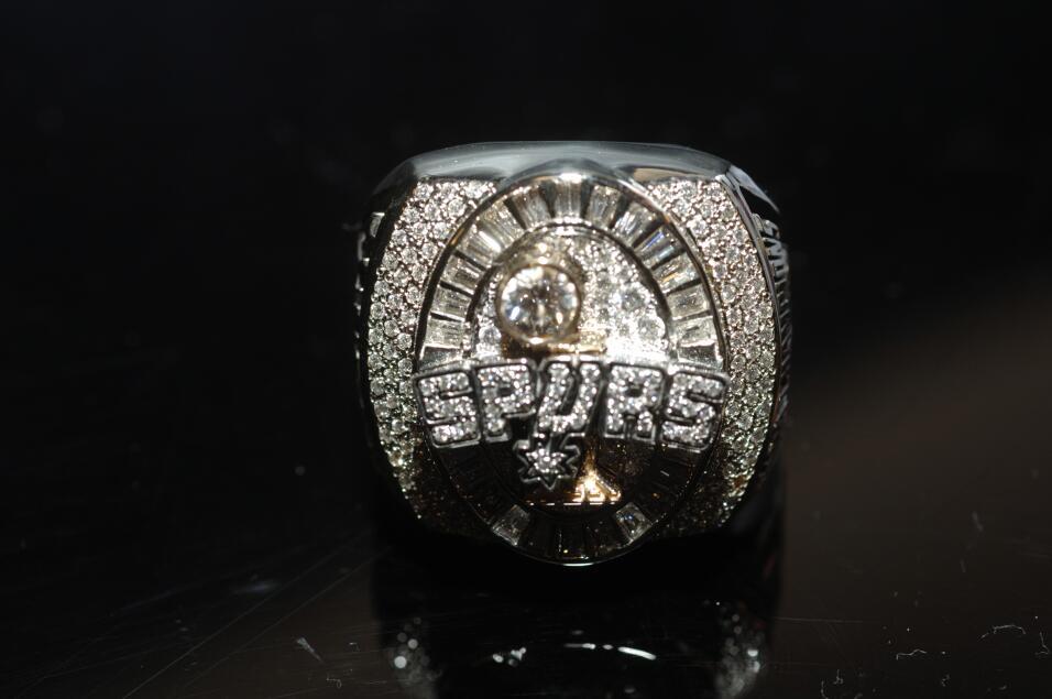 Primer plano del anillo de campeonato de San Antonio Spurs 2005 durante...