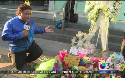 Fanáticos visitan la estrella de Juan Gabriel en Hollywood