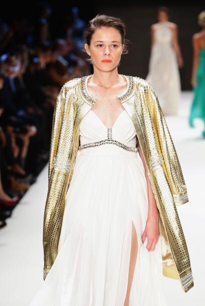¡Súbele dos rayitas de intensidad a tu vestido blanco con un 'blazer' en...