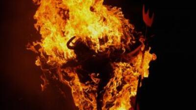Miles de guatemaltecos se sacudieron los malos espíritus quemando simból...