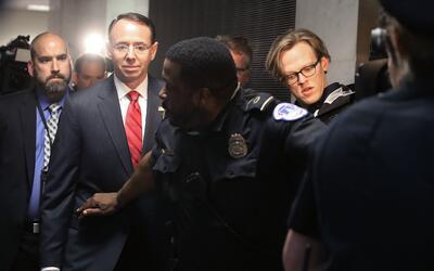 El vicefiscal general Rod Rosenstein (segundo por la izquierda) durante...