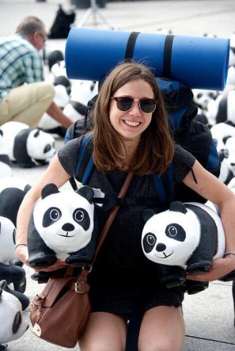 La gente se acerca a los pandas y se divierte con ellos mientras aprende...