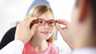 ¿Tu hijo presenta alguno de estos signos? Puede que esté necesitando gafas.