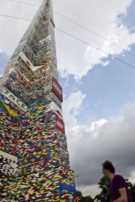 Se estima que se necesitaron alrededor de medio millón de las coloridas...