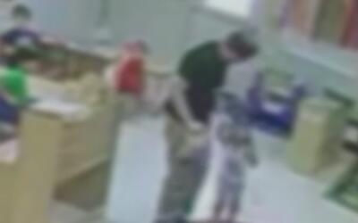 En video, empleado de una guardería en Texas levanta por el brazo a una...