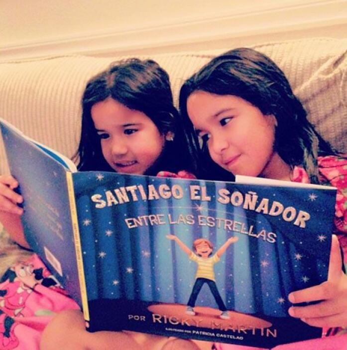 """""""Mis hijas 'soñando' con tu libro @ricky_martin #santiagoelsoñador #lama..."""