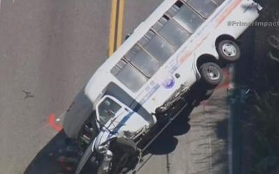Choca autobús que transportaba a más de 20 mujeres en California