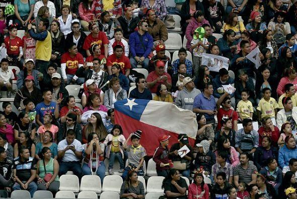 Una bandera chilena entre los asistentes al homenaje de Chespirito.