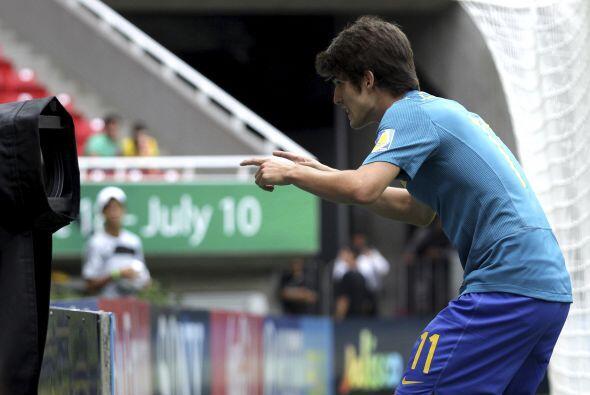 Y a este brasileño casi se va de boca por festejar su anotación.