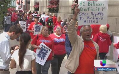 Maestros y padres protestan contra despidos