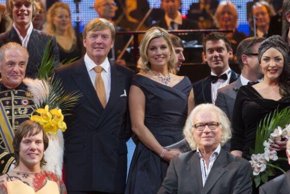 Los reyes posan con los artistas en el Teatro Circo en las celebraciones...