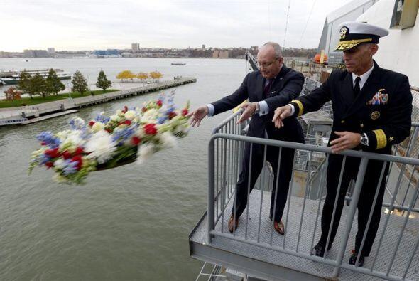 El Almirante Richar Snyder (d) y el co-presidente del museo Intrepid, Bu...
