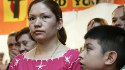 La mexicana Elvira Arellano junto a su hijo Saúl.