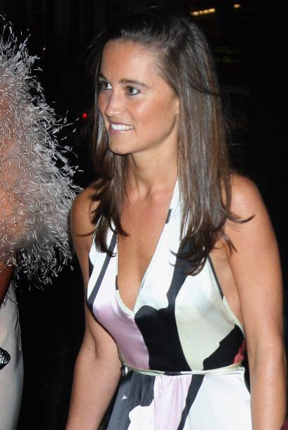 Para algo más formal, Pippa se ha inclinado por vestidos con corte 'halt...
