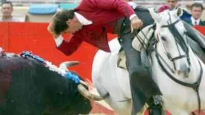 Rejoneador es un matador de toros montado sobre un caballo. Es uno de lo...