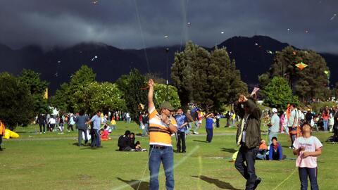 Gente en el parque Simón Bolivar, una de las áreas verdes...