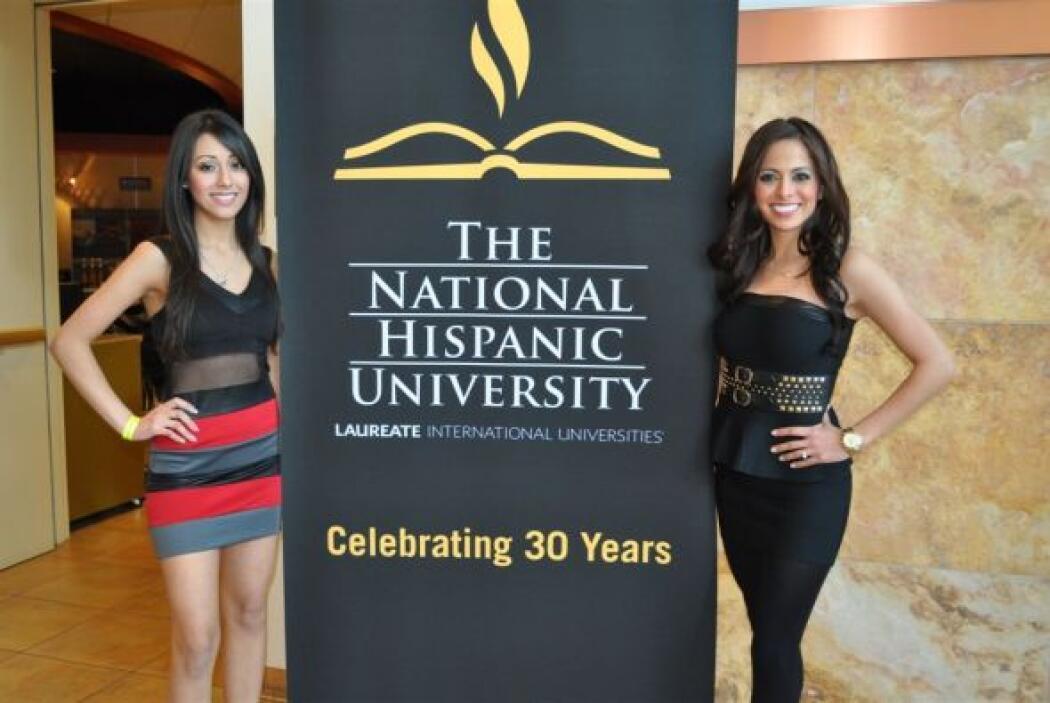 Dos bellas modelaron el cartel de la universidad.