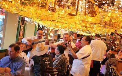 Los mariachis de San Antonio son muy comunes en lugares públicos...