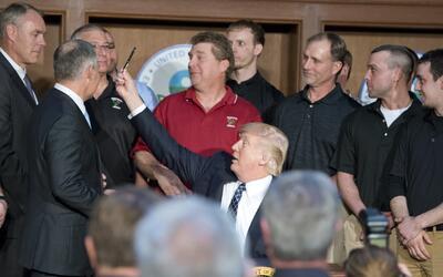 El presidente Trump firmó una nueva orden ejecutiva en la que desecha me...
