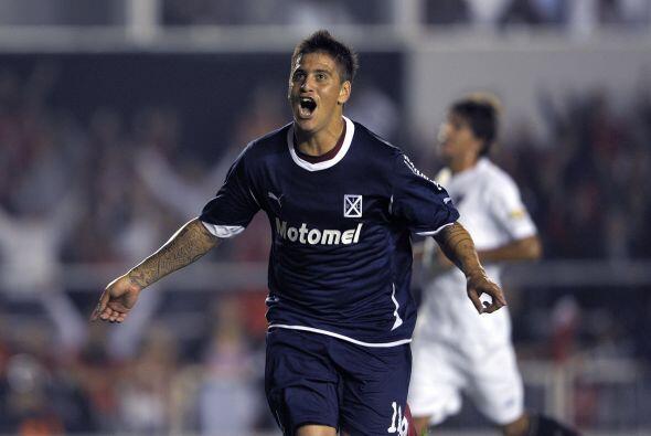Leonel Núñez  grita el gol del club argentino anotado de penal a los 24...