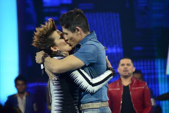 La Guzmán ni tarda ni perezosa fue al escenario y besó al...