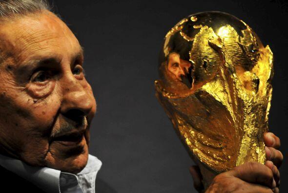 Alcides Edgardo Ghiggia es un exfutbolista uruguayo, campeón del mundo e...
