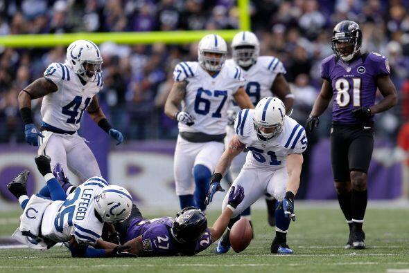 Ray Rice cometió un fumble que recuperó Pat Angerer de los Colts, sin em...