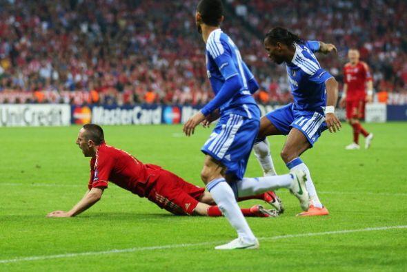 Esta falta de Drogba sobre Ribery dentro del área fue pitada penali.