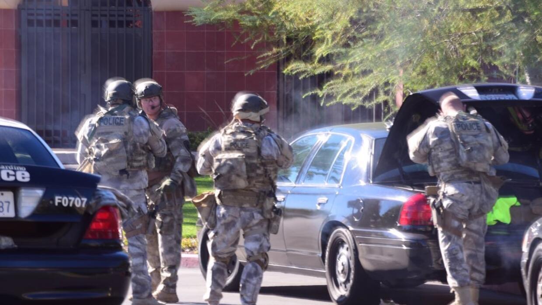 Un equipo llega a la escena del tiroteo en San Bernardino.