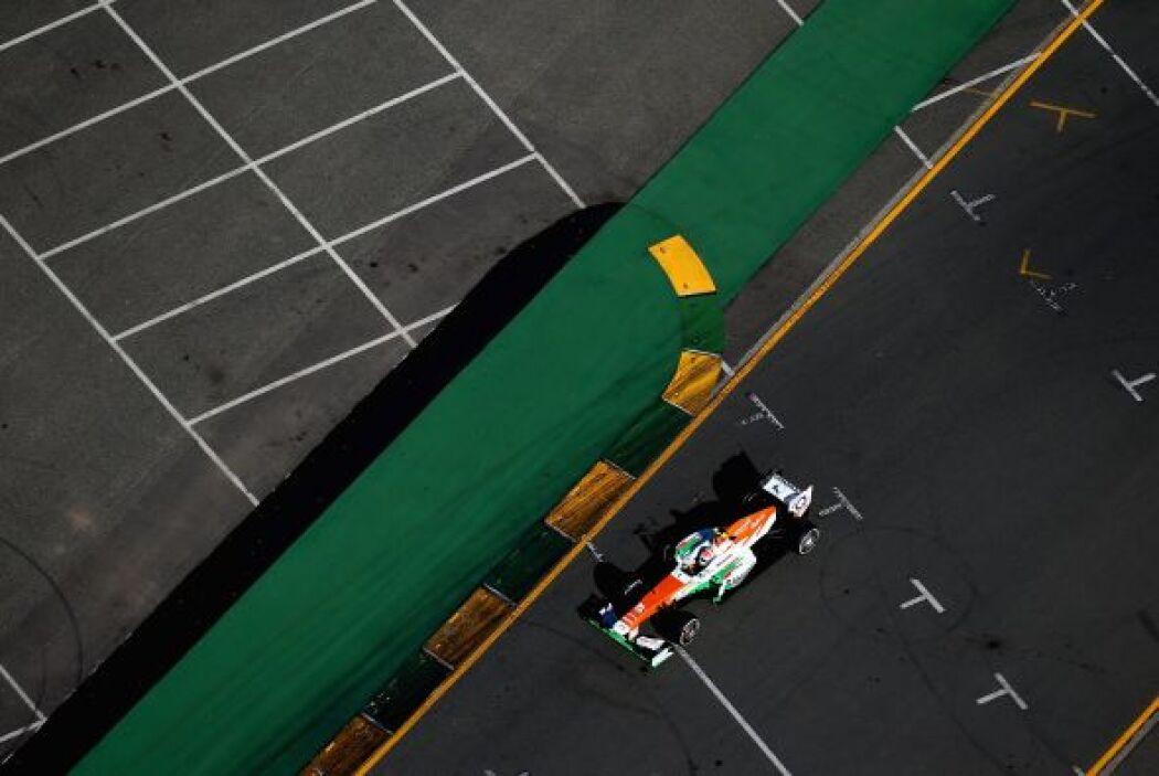 Un Force India haciendo su recorrido en el segundo parcial de la pista.